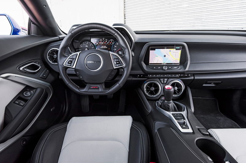 2016-Chevrolet-Camaro-SS-cockpit.jpg